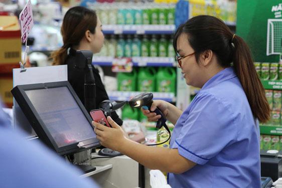 Thanh toán bằng ví MoMo tại siêu thị Co.opmart ở TP HCM. Ảnh: HOÀNG TRIỀU