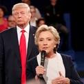 """<p class=""""Normal""""> <strong>Năm 2016</strong></p> <p class=""""Normal""""> Cuộc tranh luận đầu tiên giữa ứng viên Cộng hòa Donald Trump và đối thủ Dân chủ Hillary Clinton thu hút 84 triệu lượt xem trên truyền hình, con số kỷ lục cho một cuộc tranh luận giữa thời đại của trực tuyến số.</p> <p class=""""Normal""""> Hàng loạt đòn công kích cá nhân được tung ra ở phiên thứ hai với Clinton đề cập những bình luận khiếm nhã của Trump về phụ nữ trong một video quay năm 2005 vừa được công bố lúc đó. Trump đáp trả bằng cách cáo buộc Bill Clinton, chồng của đối thủ, còn làm những điều tồi tệ hơn với phụ nữ.</p> <p class=""""Normal""""> Trong cuốn sách xuất bản năm 2017, Clinton viết rằng cuộc tranh luận thứ hai với ông Trump khiến bà nổi da gà vì đối thủ bám theo sau bà quanh sân khấu. Bà tự hỏi có nên nói với ông rằng """"xin hãy lùi lại, ông làm tôi sợ"""".</p> <p class=""""Normal""""> Thay vào đó, Clinton nói """"tôi giữ bình tĩnh, nhờ kinh nghiệm đối phó với những người đàn ông từng tìm cách làm bà phân tâm trước đó"""".</p> <p class=""""Normal""""> Trong phiên tranh luận thứ ba, Trump gọi Clinton là """"một phụ nữ xấu tính"""" và từ chối trả lời ông có chấp nhận kết quả bầu cử sau đó hay không. Ông Trump chiến thắng và nhậm chức tổng thống tháng 1/2017.</p>"""