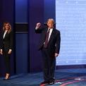 <p> Ông Trump giơ nắm tay trước khi rời hội trường.</p>