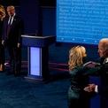 <p> Đệ nhất phu nhân Melania Trump và bà Jill, vợ cựu Phó Tổng thống Biden, lên sân khấu khi phiên tranh luận kết thúc.</p>