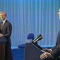 """<p class=""""Normal""""> <strong>Năm 1980</strong></p> <p class=""""Normal""""> Carter xuất hiện trong phiên tranh luận thứ hai với đối thủ đảng Cộng hòa Ronald Reagan sau khi tẩy chay phiên đầu tiên vì có bao gồm ứng viên tổng thống thứ ba là John Anderson. Tổng thống đương nhiệm cáo buộc Reagan có ý định cắt giảm quỹ chăm sóc y tế cho người cao tuổi.</p> <p class=""""Normal""""> """"Ông lại như vậy rồi"""", Reagan vừa nói vừa cười, khiến khán giả cũng cười theo. Reagan từng cho rằng Carter đã xuyên tạc lập trường của ông trong nhiều vấn đề.</p> <p class=""""Normal""""> Reagan chiến thắng cuộc đua Nhà Trắng.</p>"""