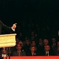 """<p class=""""Normal""""> <strong>Năm 1996</strong></p> <p class=""""Normal""""> Trong cuộc trnah luận với Clinton, ứng viên Cộng hòa Bob Dole được một sinh viên hỏi liệu ở tuổi 73, ông có quá lớn tuổi để hiểu những nhu cầu của giới trẻ. Dole trả lời rằng kinh nghiệm và sự hiểu biết ở tuổi 73 đồng nghĩa ông có lợi thế về sự sáng suốt.</p> <p class=""""Normal""""> """"Tôi chỉ có thể nói tôi không nghĩ thượng nghị sĩ Dole quá lớn tuổi để làm tổng thống. Tôi hoài nghi về tư tưởng già cỗi của ông ấy hơn"""", Clinton đáp lại. Clinton tái đắc cử sau đó.</p>"""