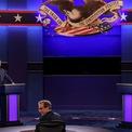 """<p class=""""Normal"""" dir=""""ltr"""" style=""""width:auto;height:auto;""""> """"Ông dạo này thế nào?"""", Biden hỏi thăm đối thủ trước khi bắt đầu tranh luận. Hai người không bắt tay, tuân thủ quy định về giãn cách xã hội thời Covid-19.<br /><br /> Người điều phối tranh luận Chris Wallace của Fox News.</p>"""