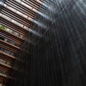 <p> Hệ thống cầu thang có cấu trúc như những thanh gỗ được thiết kế dọc theo chiều dài của ngôi nhà gây ấn tượng mạnh.</p>