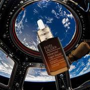 Hãng mỹ phẩm Estee Lauder chi 3 tỷ đồng để chụp ảnh quảng cáo trên Vũ trụ với sự hợp tác của NASA