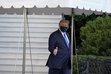 Trump nhập viện, giơ ngón tay cái với truyền thông khi lên trực thăng