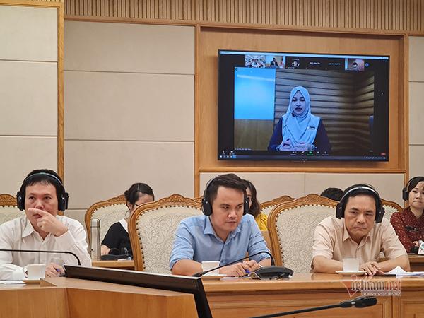 Giám đốc chương trình Nâng cao năng suất làm việc và Năng lực cạnh tranh (Tập đoàn Năng suất Malaysia) chia sẻ cách nước này áp dụng công nghệ để thúc đẩy nền kinh tế sau đại dịch. Ảnh: Trọng Đạt