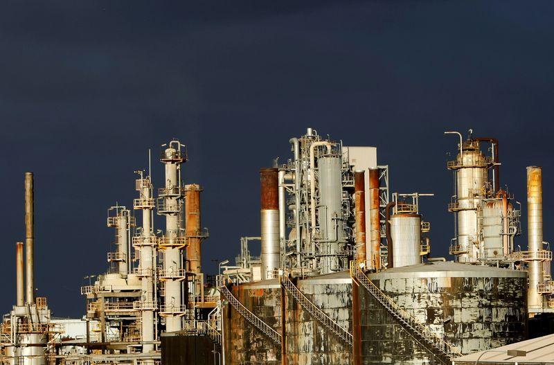 Cung giảm do ảnh hưởng từ bão, giá dầu tăng hơn 3%