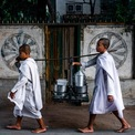 """<p> Bức ảnh """"Hành trình của nhà sư"""" của tác giả Alex Zyuzikov ghi lại cảnh 2 nhà sư đi bộ để lấy đồ ăn ở Mandalay, Myanmar.</p>"""