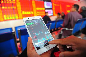 Chứng khoán châu Á trái chiều, thị trường Trung Quốc giao dịch trở lại