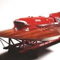 <p> Trong lịch sử, các hãng xe danh tiếng không chỉ sản xuất xe. Lamborghini từng sản xuất máy kéo, Rolls-Royce cung cấp động cơ cho máy bay và Ferrari đã phát triển một phương tiện di chuyển trên mặt nước. Đó chính là chiếc thuyền cao tốc Ferrari Arno XI 1952.</p>