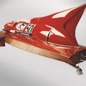 <p> Tay đua thuyền cao tốc Achille Castoldi đã chia sẻ ý tưởng về chiếc thuyền nhanh nhất thời đó với Enzo Ferrari. Nhà sáng lập Ferrari đã cùng phát triển dự án này với Castoldi. Không chỉ vô địch giải đua thuyền, chiếc Arno XI được ra đời để phá vỡ kỷ lục về tốc độ ở hạng 800 kg do chính Castoldi thiết lập vào năm 1940.</p>