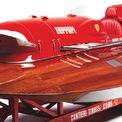 <p> Được phát triển bởi nhà sản xuất xe thể thao hàng đầu thế giới, Arno XI không thể thiếu kiểu dáng khí động học. Phần thân dưới tiếp xúc với nước được làm bằng gỗ cứng và sơn phủ lớp veneer. Nửa thân trên được thiết kế theo cảm hứng từ cá mập với phần đầu tương tự hàm cá mập và phần sau là đuôi.</p>