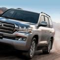 """<p class=""""Normal""""> <strong>Toyota Land Cruiser 200: 4,03 tỷ đồng </strong></p> <p class=""""Normal""""> Mẫu SUV 7 chỗ của Toyota sở hữu kích thước dài x rộng x cao lần lượt là 4.950 x 1.980 x 1.945 (mm); chiều dài cơ sở 2.850 mm. Xe trang bị động cơ 4,6L V8 công suất 313 mã lực và mô-men xoắn 460 Nm; hộp số tự động 6 cấp. Land Cruiser 200 được đánh giá cao về sự bền bỉ, có thể chạy tốt ở nhiều địa hình. (Ảnh: <em>Toyota</em>)</p>"""