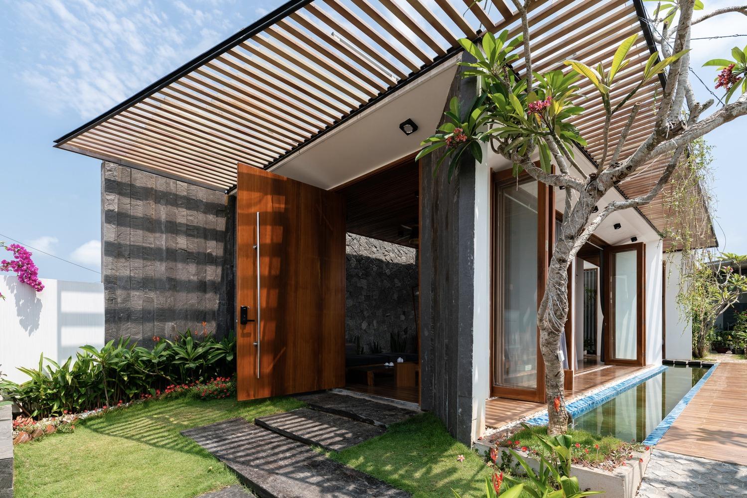 Nhà một tầng có hồ nước bên hông, dàn cây leo rủ bóng quanh năm ở Quảng Nam