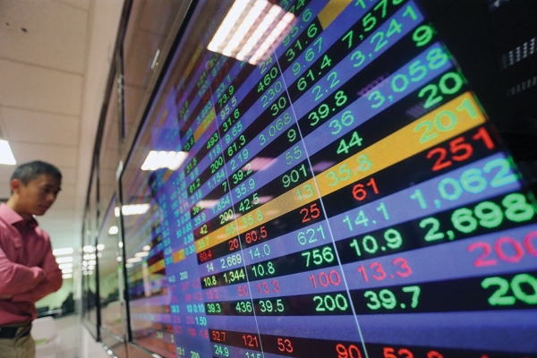 Hàng loạt cổ phiếu lớn giảm sâu, VN-Index 'xanh vỏ đỏ lòng'