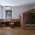 <p> Phòng ngủ của bố mẹ được mở rộng để kê thêm giường cho bé như một phòng riêng biệt. Khi rèm đóng lại, sự riêng tư vẫn được đảm bảo.</p>