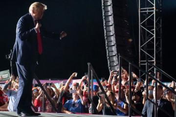 Trump nhảy theo nhạc khi vận động tranh cử tại Florida