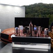 LG Electronics và Bentley Motors quảng bá mẫu tivi có thể cuộn
