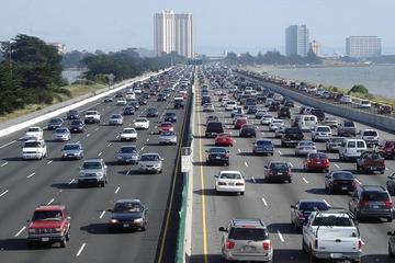 Bỏ túi kỹ năng lái xe ôtô ở chính giữa làn đường