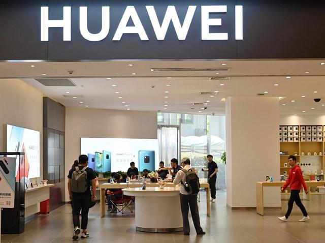 Một cửa hàng của Huawei tại trung tâm thương mại ở Thượng Hải, Trung Quốc. Ảnh: AFP