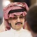 """<p> Trước khi bị bắt giữ 83 ngày vào năm 2017, Hoàng thân Alwaleed bin Talal được mệnh danh là người giàu nhất Trung Đông. Ông từng tặng 25 chiếc siêu xe Bentley cho thành viên của đội bóng ở Saudi Arabia. Năm 2013, Talal dọa tẩy chay tạp chí nổi tiếng Forbes vì đánh giá sai tài sản của ông. Dù tài sản """"bốc hơi"""" đến 22,3 tỷ USD vào những năm gần đây, ông vẫn là tỷ phú. Ảnh: <em>Forbes.</em></p>"""