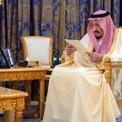 <p> Năm 2015, Quốc vương Saudi Arabia từng gây ồn ào với kỳ nghỉ mùa hè đắt đỏ. Nhà vua mời 1.000 người tham gia nghỉ dưỡng 3 tuần ở Pháp, huy động hơn 400 xe sang để vận chuyển người. Trong khi những người thân của vua Salman dành thời gian tại lâu đài gần biển, khoảng 700 vị khách khác sẽ nghỉ tại các khách sạn hạng sang ở thành phố Cannes. Ảnh: <em>AFP.</em></p>