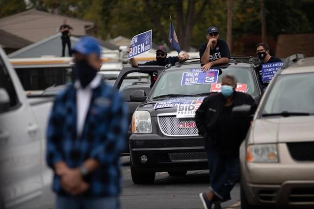 Xe của những người ủng hộ tập trung tại buổi vận động tranh cử của ông Biden ở Toledo. Ảnh: NYT.