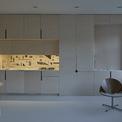 <p> Đèn chùm thủy tinh phòng ăn do chủ nhân thiết kế. Bệ cửa sổ, mặt trên nhà bếp và sàn phòng tắm khảm đá mài được thu gom từ đá vụn. Công tắc inox do kiến trúc sư thực hiện. Các chi tiết của nội thất phản ánh một cách tinh tế tính cách sáng tạo của chủ nhân.</p>