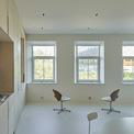 <p> Phòng tắm, nhà bếp và các chức năng khác được cấu tạo với tường kiểu đồ nội thất trải dài trên toàn bộ chiều dài của căn hộ.</p>
