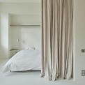 <p> Vào ban đêm, một phần của không gian chung được ngăn cách bởi một tấm rèm, sau đó tạo thành một phòng ngủ.</p>