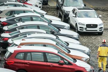 Vì sao ôtô Indonesia giá gốc 280 triệu ùn ùn về Việt Nam?