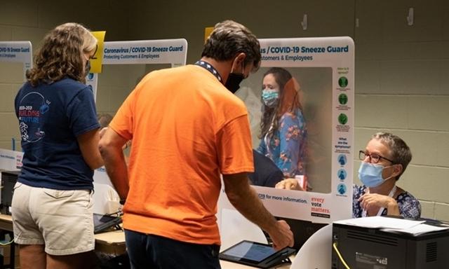 Cử tri Mỹ đi bỏ phiếu sớm ở bang South Carolina hôm 16/10. Ảnh: AFP.