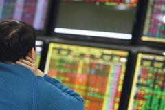 Kéo mạnh cuối phiên, VN-Index tăng gần 11 điểm