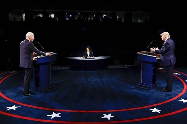 Tổng thống Donald Trump và ứng viên đảng Dân chủ Joe Biden tranh luận tại Đại học Belmont, thành phố Nashville, bang Tennessee tối 22/10. Ảnh: AP.