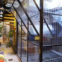 <p> Ngôi nhà là một di sản kiến trúc với nền gạch xi măng kẻ ô vuông có điều hòa tốt, mái phía trước liền mạch và giếng trời ở sân trong.</p>