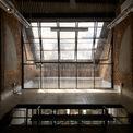 <p> Kiến trúc sư quyết định chèn một kết cấu thép vào tường, tăng cường không gian làm việc chính ở tầng trên để ngắm những cây cổ thụ thế kỷ. Đồng thời, cấu trúc mái nhà được loại bỏ trần bị hư bằng xi măng và lưới thép thủ công.</p>