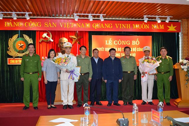 Đại diện lãnh đạo Tỉnh, lãnh đạo Công an tỉnh và gia đình tặng hoa chúc mừng 2 đồng chí Phó Giám đốc.
