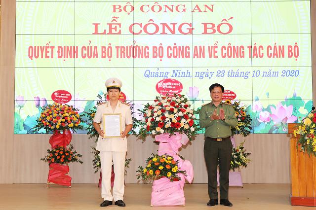 Thượng tá Trần Xuân Ánh, Phó Cục Trưởng Cục Tổ chức cán bộ - Bộ Công an trao quyết định điều động và bổ nhiệm có thời hạn Trung tá Mai Thế Quang giữ chức vụ Phó Giám đốc Công an tỉnh Quảng Ninh.