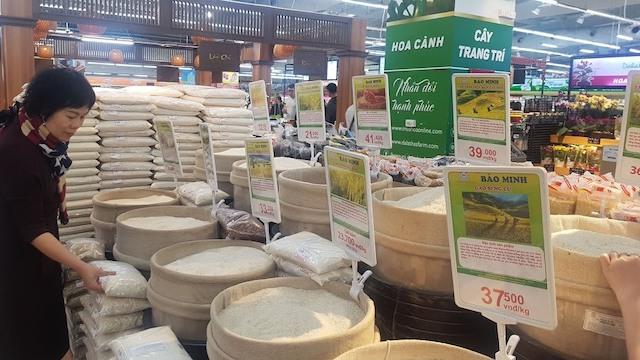 Giá gạo 5% tấm xuất khẩu của Việt Nam được chào bán trên thị trường thế giới cao hơn gạo Thái Lan 30USD/tấn. Ảnh: Vũ Long