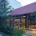 <p> Ngôi nhà có diện tích 120 m2 nằm tại trung tâm thành phố Vinh - nơi chịu ảnh hưởng của gió Lào và nắng như thiêu như đốt - trong một con hẻm nhỏ như bao con phố khác được bê tông hóa, với những ngôi nhà cao tầng.</p>