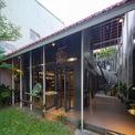 """<p> Kiến trúc sư đã chọn phương án khác biệt,tạo ra một ngôi nhà với không gian xanh xen kẽ bên trong với ý tưởng """"vườn trong nhà"""", """"nhà trong vườn"""".</p>"""