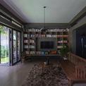 <p> Được thiết kế dành cho một cậu con trai nhỏ sống với mẹ, các kiến trúc sư lên ý tưởng cho ngôi nhà với cấu trúc không gian hình chữ U vô cùng đơn giản với 3 sân vườn chính là sân trước, sân sau và sân mái.</p>