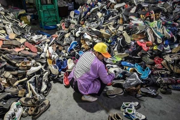 Cơn đau đầu mang tên '26 triệu tấn quần áo cũ' của Trung Quốc