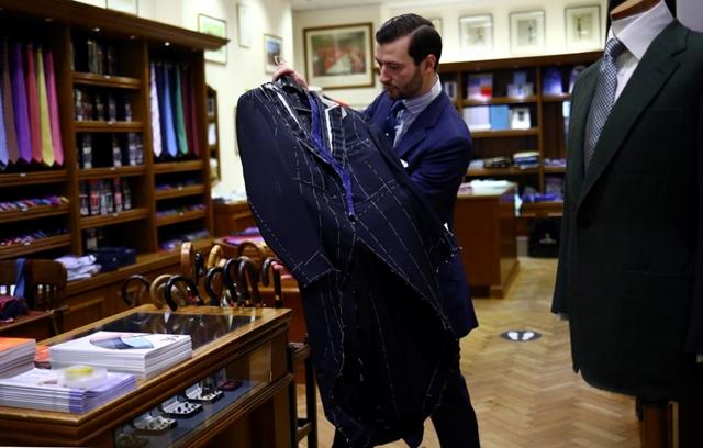 Tại Mỹ và châu Âu, một số chuỗi bán lẻ trang phục công sở như Men's Wearhouse, Brooks Brothers và TM Lewin đã đóng cửa, hoặc nộp đơn phá sản trong vài tháng qua. Ảnh: Reuters.
