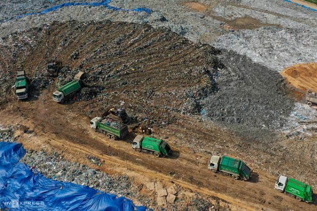 Bãi rác Nam Sơn tiếp nhận khoảng 5.000 tấn rác mỗi ngày từ 12 quận, 5 huyện của Hà Nội. Ảnh: Ngọc Thành.
