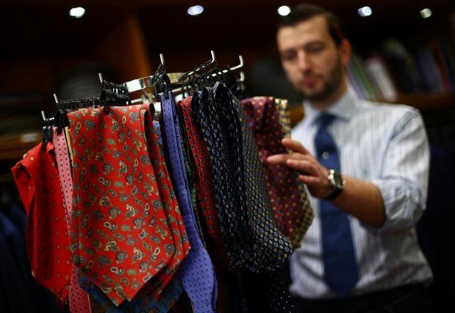 """Ngành thời trang công sở đang trong tình thế """"nghìn cân treo sợi tóc"""". Ảnh: Reuters."""