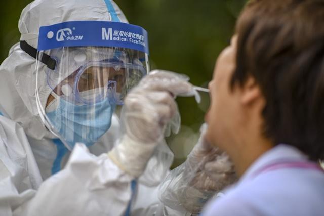 Nhân viên y tế ở Kashgar được triển khai lấy mẫu xét nghiệm Covid-19 trên toàn thành phố. Ảnh: Tân Hoa xã.
