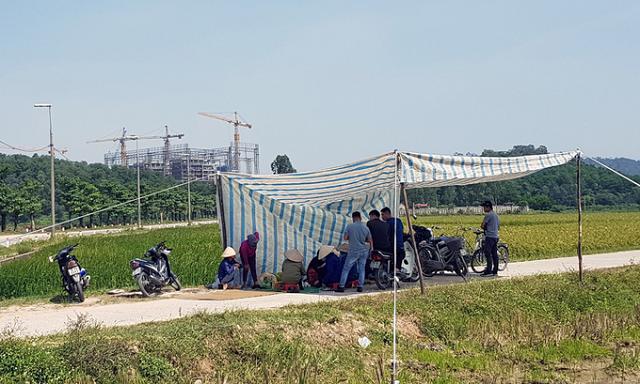Người dân căng bạt chặn xe chở rác vào bãi Nam Sơn - ảnh chụp sáng 24/10. Ảnh: Tất Định.
