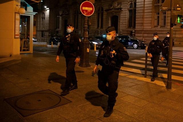 Hiến binh tuần tra Paris đêm 17/10 để đảm bảo lệnh giới nghiêm. Ảnh: AFP.